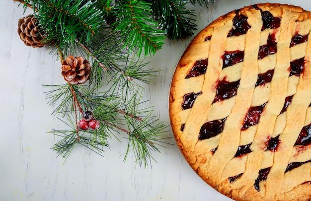 Nowy rok pyszne ciasto jabłkowe deser i jodły