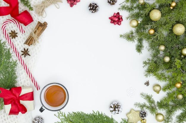 Nowy rok ramka świąteczne dekoracje pojedyncze, białe tło pocztówka prezent makieta