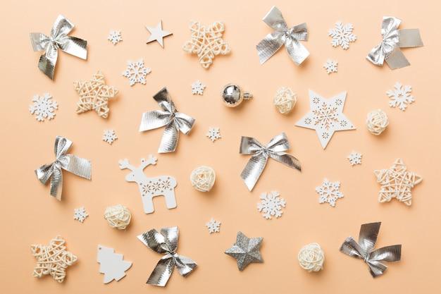 Nowy rok skład białe świąteczne płatki śniegu. boże narodzenie wystrój tło z szyszek. widok z góry z miejscem na kopię