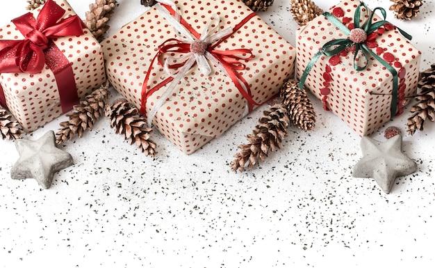 Nowy rok świąteczna biała ściana z prezentem przewiązanym czerwoną wstążką.