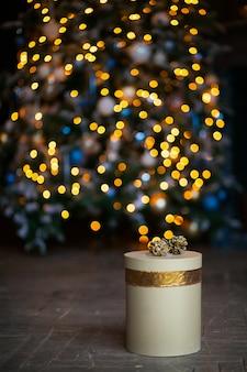 Nowy rok świąteczna złota teraźniejszość na bożonarodzeniowe światła tle