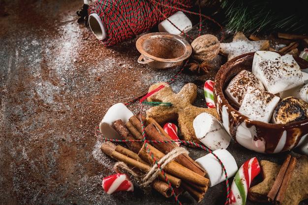 Nowy rok, świąteczne przysmaki, słodycze. filiżanka gorącej czekolady ze smażonym ptasie mleczko, ciasteczka imbirowe