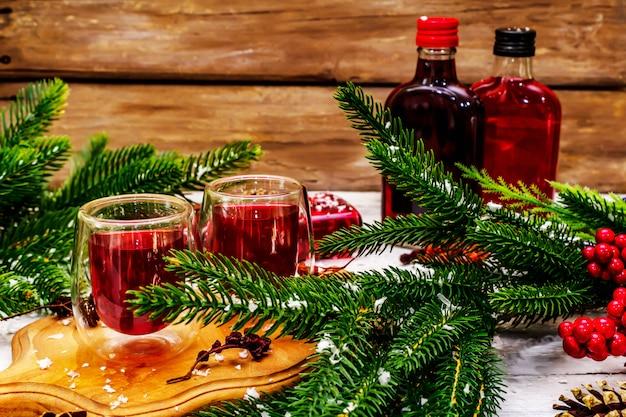 Nowy rok świąteczny likier jagodowy lub nalewka jako składnik do przygotowania koktajlu alkoholowego
