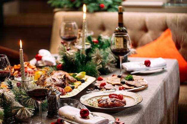 Nowy rok świąteczny serwowany stół z dekoracjami