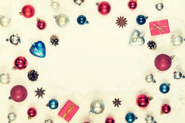 Nowy rok tło ozdób choinkowych na śniegu z miejsca na kopię