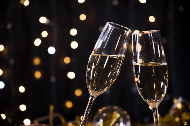 Nowy rok tło z kieliszkami do szampana