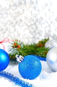 Nowy rok tło z niebieskim i srebrnym bombkami w śniegu