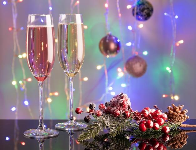 Nowy rok toast szampana koncepcja z świątecznymi dekoracjami