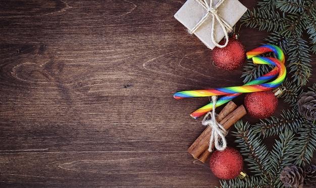 Nowy rok w tle. świerkowe gałęzie na drewnianym stole. ozdoby na drzewo noworoczne. koncepcja świąteczna