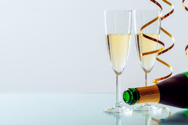 Nowy rok wigilii świętowania tło z szampanem