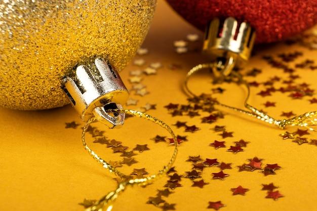 Nowy rok zabawki w kolorze czerwonym i złotym świąteczny nastrój