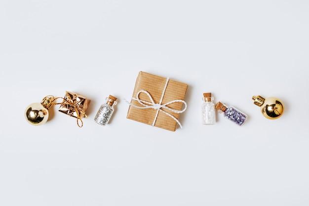 Nowy rok złote prezenty dla wesołych świąt na białym tle