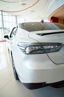 Nowy samochód w salonie reflektorów z optyką