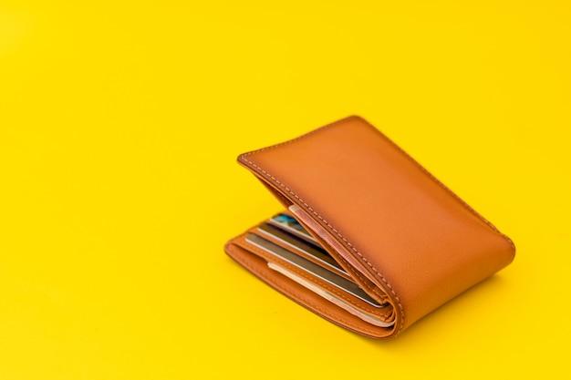 Nowy skórzany brązowy portfel męski na żółto