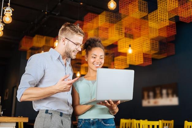 Nowy startup. para młodych stylowych biznesmenów odnoszących sukcesy myśli o uruchomieniu nowego startupu