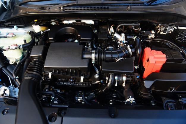 Nowy szczegół silnika samochodowego - zbliżenie sprawdzania i czyszczenia silnika ekologicznego silnika samochodowego w celu dostarczenia klientom usług samochodowych