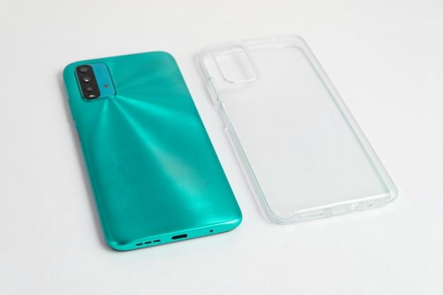 Nowy telefon komórkowy z przezroczystą osłoną na białym tle