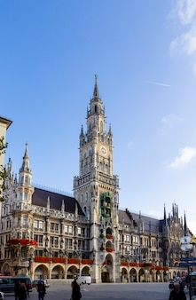 Nowy urząd miasta z zegarowy wierza na środkowym marienplatz kwadracie w monachium, bavaria, niemcy