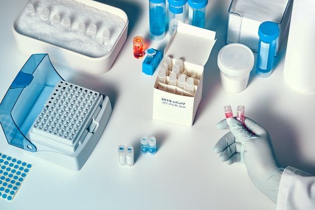 Nowy zestaw do diagnostyki koronawirusa. odczynniki, startery i próbki kontrolne do wykrywania obecności koronawirusa. test diagnostyczny in vitro oparty na technologii pcr w czasie rzeczywistym.