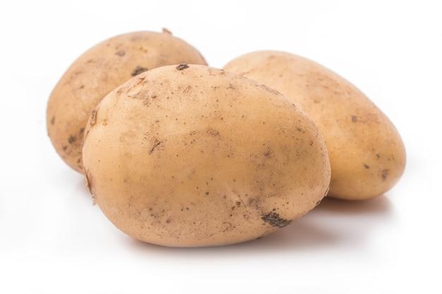 Nowy ziemniak samodzielnie na białym tle zamknąć