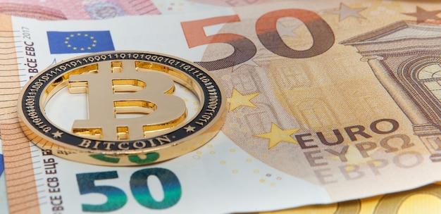 Nowy złoty bitcoin na pięćdziesięciu banknotach euro.