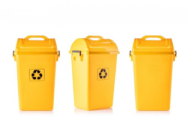 Nowy żółty plastikowy kosz z czarnym logo recyklingu
