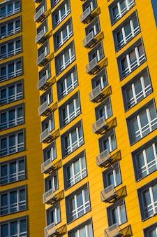 Nowy żółty wieżowiec wielopiętrowy budynek mieszkalny