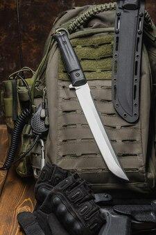 Nóż bojowy i amunicja wojskowa.