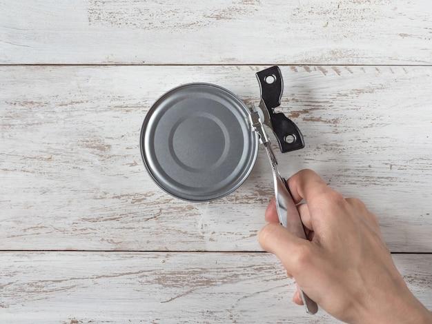 Nóż do konserw otwiera słoik. widok z góry.