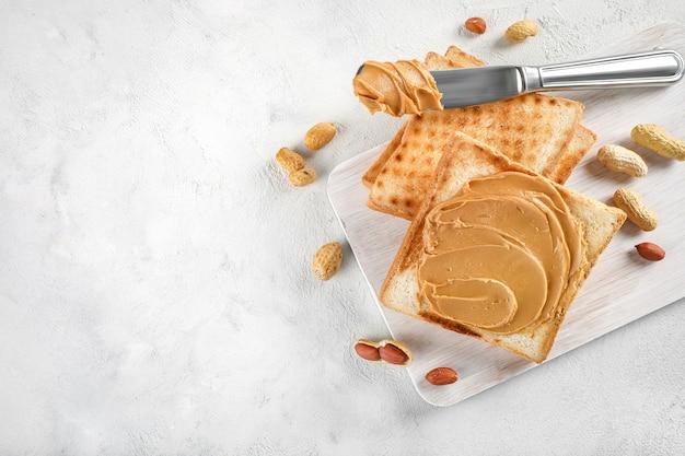 Nóż do rozprowadzania masła orzechowego na chleb tostowy na białym tle