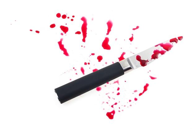Nóż i kropla krwi na białym tle.