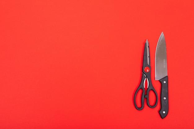 Nóż i nożyczki są odizolowane