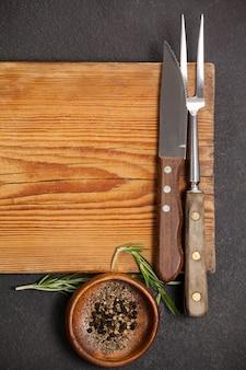 Nóż i widelec na drewnianej desce