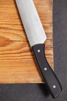 Nóż na drewnianej desce