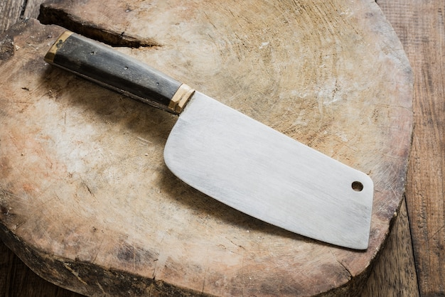 Nóż na drewnianym rzeźniku