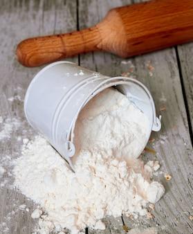 Nóż siedzący na drewnianej desce do krojenia