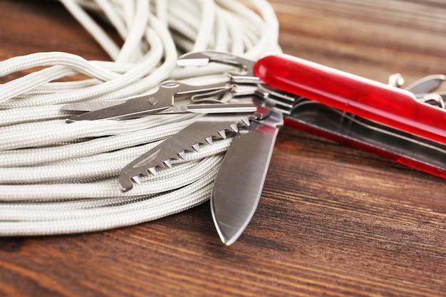 Nóż uniwersalny na drewnianym stole