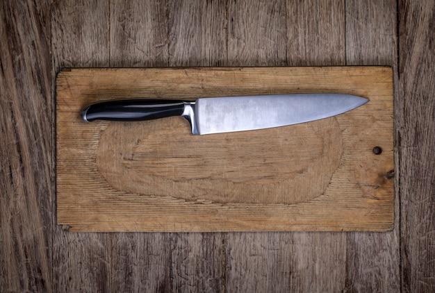 Nóż z drewnianą deską