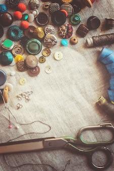 Nożyce do cięcia tkanin, wzorów, tkanin, nici i guzików. selektywna ostrość.