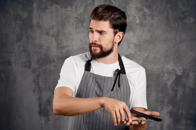 Nożyczki fryzjerskie w rękach profesjonalna praca fryzjera