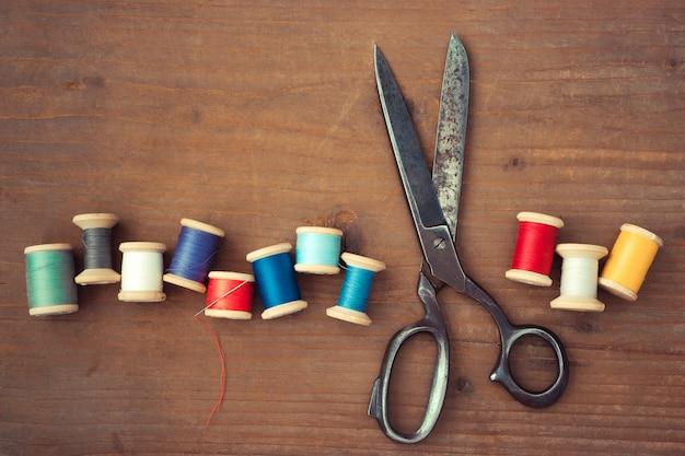 Nożyczki i drewniane szpule nici