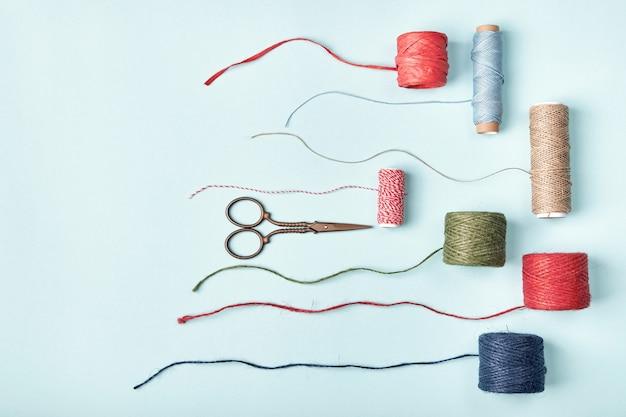 Nożyczki i różne motki sznurków, sznurków, sznurków do pakowania i dekoracji