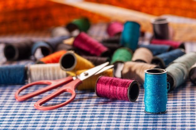 Nożyczki i szpule narzędzia krawieckie gotowe do użycia