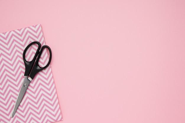 Nożyczki i tkaniny do szycia z miejsca kopiowania tła
