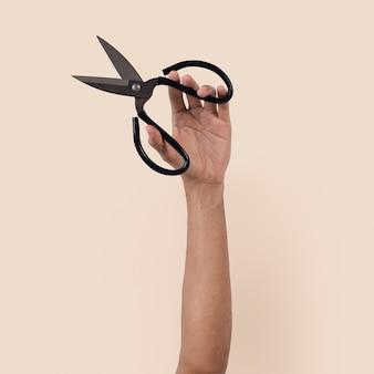Nożyczki ogrodnicze trzymane przez kobiecą rękę