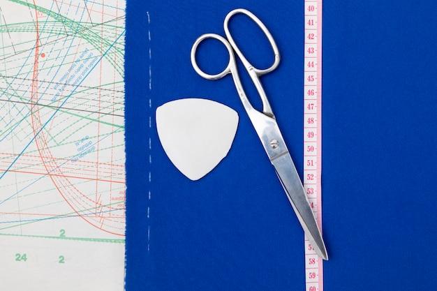 Nożyczki z widokiem z góry i miernik krawiecki