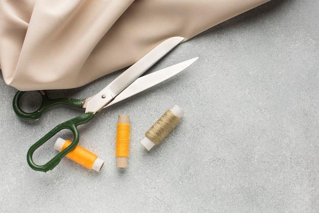 Nożyczki z żółtymi i brązowymi niciami do szycia