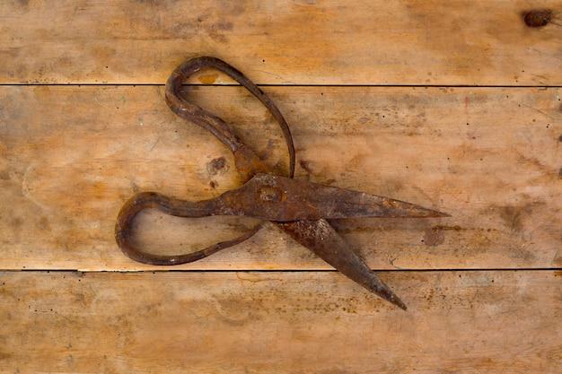 Nożyczki ze staroci owczej wełny zardzewiałe