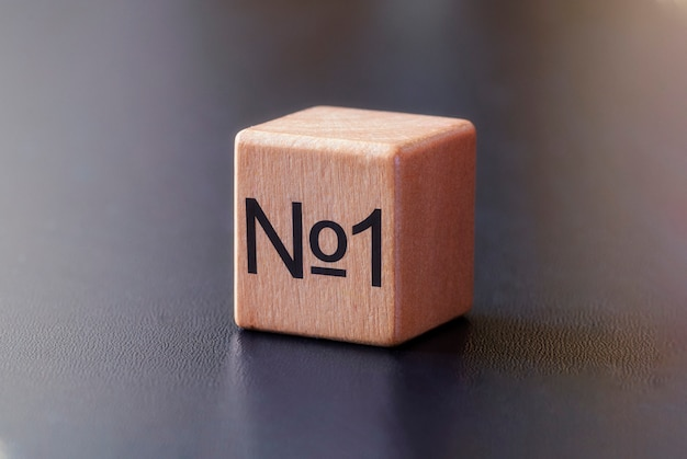 Nr 1 wydrukowany z boku drewnianego klocka z zabawkami