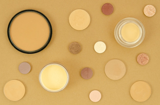 Nude produkty do makijażu na beżowym tle